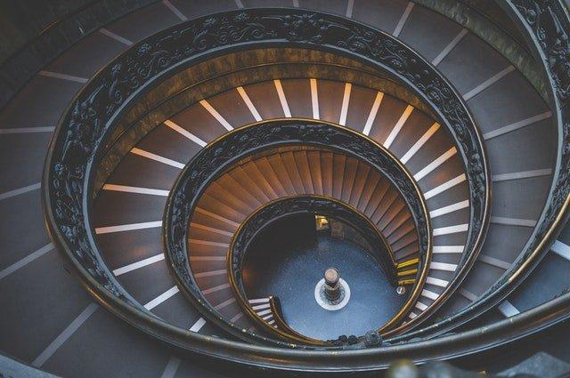 Točité moderné schodisko so zábradlím.jpg