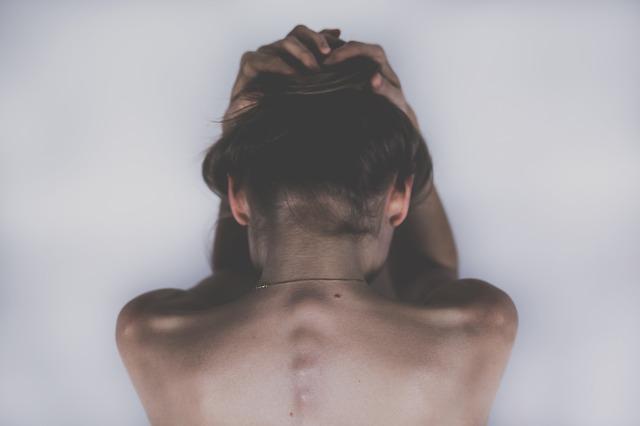 Žena si drží hlavu.jpg