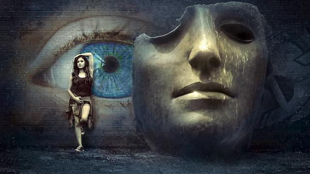 Žena a socha hlavy.jpg