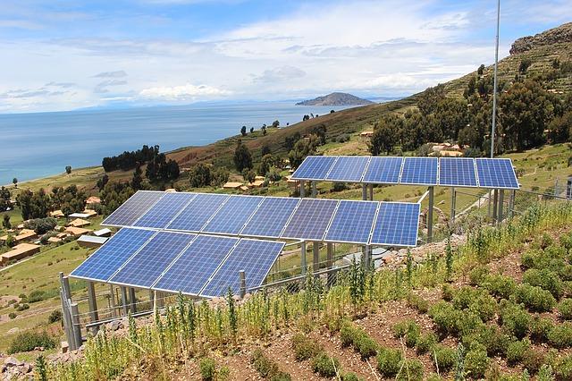Solárne panely nad dedinou.jpg