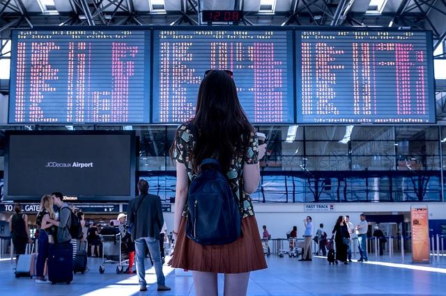 Žena, letisko, ľudia.jpg