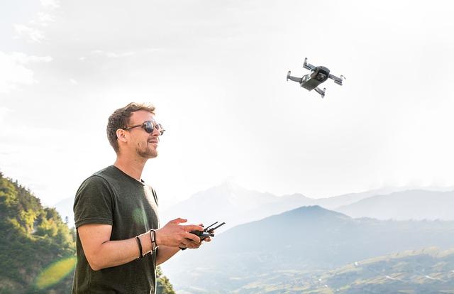 Muž ovláda drone, príroda.jpg