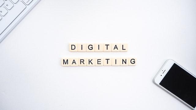 Digitálny marketing, internetový marketing, mobil, klávesnica.jpg