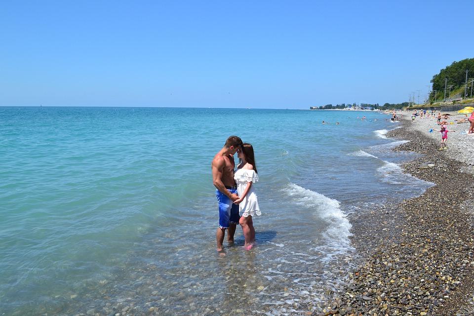 pár na pláži